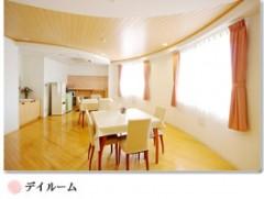 大きな窓から陽光を取り入れ、明るく開放的な空間です。多人数の面会や昼食、お祝い膳のご飲食時にご利用いただいております。